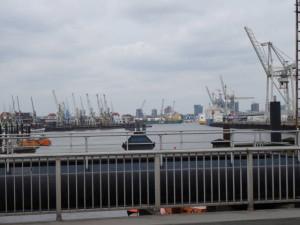 Aendu faehrt den Landi nach Hamburg in den Hafen.