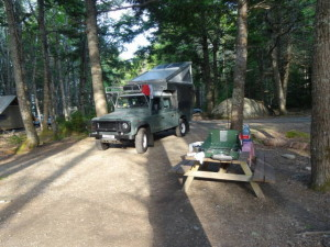 Unser erstes Camp im Kejimkujik Nationalpark. Wenn immer moeglich campen wir in Provincial oder National parks. Die campsites sindsehrgrosszuegig angelegt, mit Tisch und einer Feuerstelle. Holz kauft man beim Eingang fuer 5 Dollar ein Buendel. Das reicht fuer den ganzen Abend und hilft die Muecken fern zu halten.