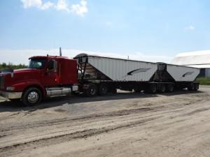 Auf grosse Lastwagen verladen wird.