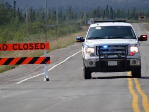 Es gibt nur eine Strasse nach Yellowknife.Und als wir wieder zurueckfahren wollten  war die Strasse gesperrt, weil die Ranger ein Gegenfeuer machten um das Ausbreiten des Waldbrandes zu verhindern.