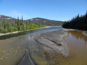 Zusammenfluss von einem mineralhaltigen mit einem nicht mineralhaltigen Fluss.