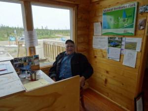 Er wartet in seinem Touristenbüro auf Besucher.