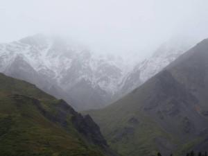 Mit dem Bus geht es weiter in den Park hinein. Leider war das Wetter schlecht und auf die Berggipfel waren frisch verschneit.