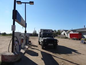 Am Besten tankt man das Fahrzeug bei jeder möglichen Tankstelle auf, die nächste könnte 300 km entfernt sein.