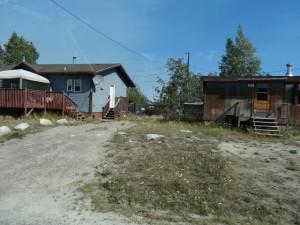 Ureinwohnersiedlungen entlang der Strasse.