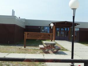 Hier ein Bild für alle Lehrkräfte:Schule in einer Ureinwohnersiedlung.