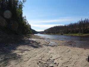 Dem Fluss entlang wandern wir zu den ..