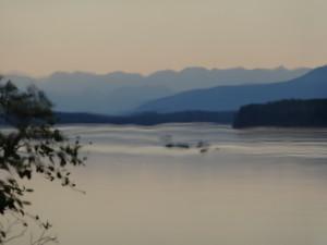 Liard River mit den Nahanni mountains im Hintergrund. Zu den Nahanni Mountains kommt man nur zu Fuss, mit dem Kanu oder mit dem Flugzeug.
