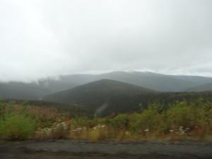 Man fährt auf dem Rücken der Berge und sieht auf die Hügelketten am Horizont.