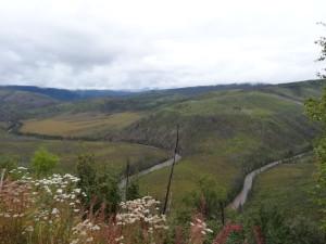 Durchs Tal schlängelt sich ein Fluss.