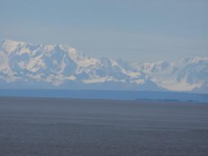 Über den Hafen hinweg sieht man in der Ferne die Alaska Berge.
