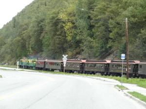 Mit einer Fahrt der white Pass u. Yukon Route railway kann man denSpuren der Goldgräber bequem folgen.