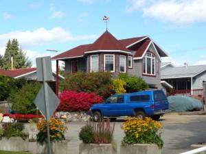 Hübsches Haus mit einem gepflegten Garten.