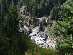 Eine Seilbahn führt zum gegenüberliegenden Ufer des Frasers, über eine Hängebrücke gelangt man auf die andere Seite zurück.