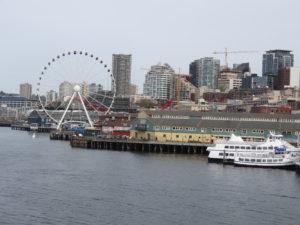 Blick über den Hafen mit dem Riesenrad