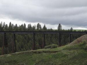 Von der Eisenbahn, welche durch dieses Gebiet führte, sind nur noch die Holzbrücken übrig geblieben.