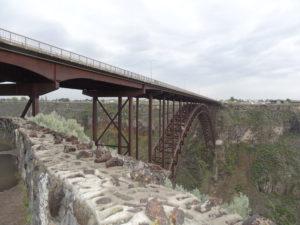 Früher war es eine Eisenbahnbrücke, heute verläuft über diese Brücke die Strasse nach Twin Falls.