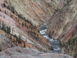 Wei unten schlängelt sich der Yellowstone.