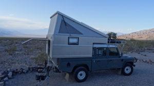 Emirate Campingplatz. Es windete in der Nacht so stark, dass wir unser Hubdach zusammenklappten.