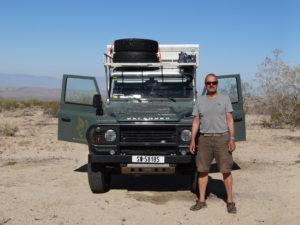 Der Land Rover und sein Fahrer in der Wüste.