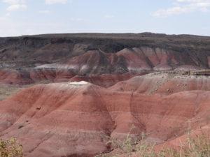 Farbige Streifenmuster auf den Resten abgetragener Hügel und Bergen.