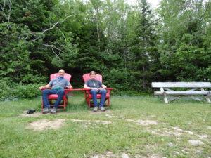 Die roten Stühle laden zum Verweilen ein.